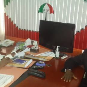 2015: Ohakim submits nomination forms at Wadata Plaza.